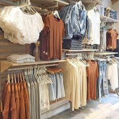 Source by store design Boutique Design, Boutique Decor, Mobile Boutique, Boutique Stores, Clothing Store Displays, Clothing Store Design, Boutique Store Displays, Fashion Store Design, Clothing Boutique Interior