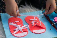 de tela para bebés con diferentes Diy Craft Projects, Diy And Crafts, Silent Book, Diy Quiet Books, Montessori Baby, Fabric Toys, Sensory Play, Baby Toys, Baby Shower