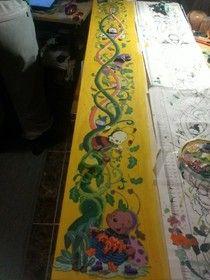 Medidor infantil pintado con acrílico y detalles en talla y pasta de modelar