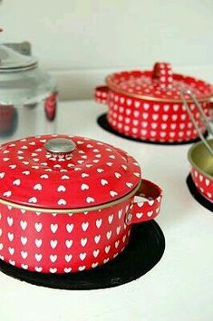 Red with white hearts pans, this makes cooking fun! Mud Pie Kitchen, Kitchen Stuff, Kitchen Ideas, White Pot, Red And White Quilts, Kitchenware, Tableware, Red Cottage, Cooking Appliances