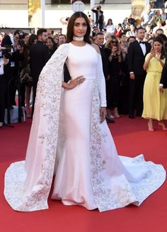 Sonam Kapoor attends the 'From The Land Of The Moon (Mal De Pierres)' premiere during the annual Cannes Film Festival at the Palais des Festivals on May 2016 in Cannes, France. Mode Bollywood, Bollywood Fashion, Bollywood Actress, Bollywood Updates, Sonam Kapoor Cannes, Bridal Dupatta, Glamour World, Palais Des Festivals, Ralph And Russo