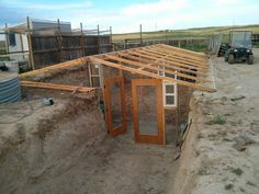 Get inspired ideas for your greenhouse. Build a cold-frame greenhouse. A cold-frame greenhouse is small but effective. Small Greenhouse, Greenhouse Plans, Greenhouse Gardening, Outdoor Greenhouse, Portable Greenhouse, Aquaponics System, Hydroponics, Underground Greenhouse, Cold Frame