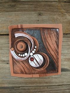 Snivá abstrakce Ručně vyráběná závěsná dekorace, co kus to jedinečný originál. Barevné provedení červenice Rozměr 23x23 cm Kzavěšenína zeď jev kachlizapracován nerezový drát.
