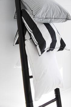 Schlafzimmer. Eine Leiter verwenden, um zusätzliche Decken unterzubringen.