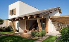 A madeira deixou a fachada muito charmosa e a garagem foi muitíssimo bem bolada! www.souzaafonso.com