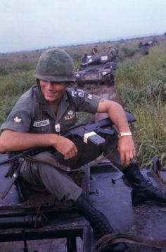 U.S. Army soldier with an XM16E1 and two magazines taped together (Vietnam, 1965). Vietnam History, Vietnam War Photos, Battle Of Ia Drang, Mens Tactical Pants, Military History, Military Humor, Military Photos, Military Gear, Military Uniforms
