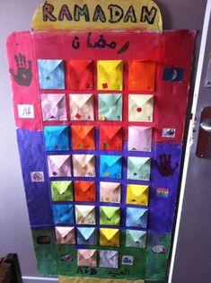 """Salam 'alaykom ! Il était temps, voici notre calendrier du Ramadhan ! Je n'ai pas suivi de tuto particulier trouvé sur le net ou autre, je l'ai joué """"freestyle"""" (lol) Voilà comment nous avons fait : Il faut : un grand carton - de la peinture - des pinceaux..."""