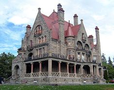 Craigdarroch Castle in Victoria, British Columbia, Canada is a historic, Victorian-era mansion. It was constructed in the as a family residence for the wife of wealthy coal baron Robert Dunsmuir. Canada is on our wishlist! Old Mansions, Abandoned Mansions, Abandoned Buildings, Abandoned Places, Abandoned Castles, Haunted Places, Beautiful Castles, Beautiful Buildings, Beautiful Homes