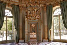 Interior del pequeño Trianon del Palacio de Versalles construido para la reina María Antonieta de Francia.  -  Inside of the little Trianon of Versalles Palace constructed for queen Marie Antoinette of France.