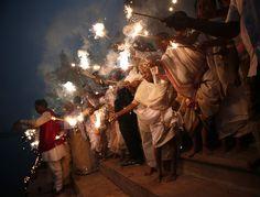 Celebraciones de Diwali Las viudas, que han sido abandonados por sus familias, bengalas de luz después de ofrecer oraciones en las orillas del río Yamuna, como parte de las celebraciones de Diwali organizadas por la organización no gubernamental Sulabh Internacional en Vrindavan, Uttar Pradesh 21 de octubre de 2014 (Foto: Ahmad Masood / Reuters)