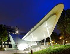 Arte Charpentier Architectes a conçu une structure audacieuse et novatrice pour l'entrée du campus Evergreen. Idéalement situé aux portes de Paris, le campus accueille le siège social du Crédit Agricole.  Plusieurs bâtiments répartis sur le site hébergent diverses entités du groupe ; l'ensemble du campus est organisé autour d'un parc central qui en constitue le poumon vert. Le pavillon d'accueil, dont la charpente est entièrement métallique, déploie 600 m2 sur deux niveaux. Seuil…