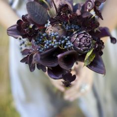 There's no bride without a bouquet! Halloween weddings are unique and I think that every touch and detail on your big day should be unusual. A traditional Halloween wedding bouquet is dark red roses or callas. Fall Wedding Flowers, Purple Wedding, Floral Wedding, Halloween Wedding Flowers, Gold Wedding, Wedding Table, Rustic Wedding, Wedding Cakes, Bridesmaid Bouquet