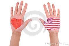 As mãos com um coração e uma bandeira pintados de Estados Unidos, eu amo EUA. Yo amo a Estados Unidos. En una mano un corazón, en la otra mano, la bandera de USA.