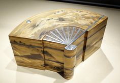 Fan-shaped_tiered_incense_box_with_the_Eight_Views_of_Omi_(Lake_Biwa),_Japan,_Meiji_or_Taisho_period,_approx._1868-1926,_lacquered_wood_with_makie,_silver_-_Asian_Art_Museum_of_San_Francisco_-_DSC01467.JPG (4258×2954)