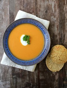 Gulrotsuppe med proteinrike havrerundstykker (x) Easy Cooking, Cooking Recipes, Moussaka, Thai Red Curry, Cantaloupe, Side Dishes, Soup, Lunch, Fruit
