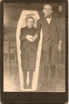 Creepy Post-Mortem Pictures From The Victorian Era That Will Haunt You Forever Victorian Photos, Victorian Era, Vintage Photos, Louis Daguerre, Memento Mori Photography, Vintage Photography, Spirit Photography, Photography Gallery, Post Mortem Pictures