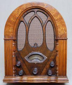 Especially nice is the burl walnut Silvertone Cathedral radio. Old Time Radio, Retro Radios, Art Nouveau Design, Timber Wood, Vintage Tv, Tv On The Radio, Dollhouse Furniture, Art Deco Fashion, Jukebox