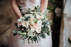 bohemian bouquet   bouquet con rose, lisianthus, eryngium, statice ed eucalipto