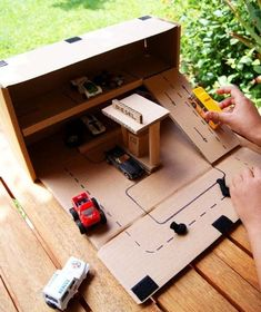 Create a portable parking garage with an IKEA Forsa box - Diy Cardboard Toys Diy Toys Projects, Projects For Kids, Diy For Kids, Cardboard Box Crafts, Cardboard Crafts, Cardboard Car, Cardboard Race Track, Cardboard Playhouse, Cardboard Furniture