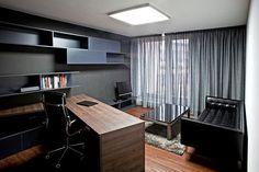 Stůl v pracovně je otočený tak, aby se majitel při práci mohl kochat výhledem z okna. Prostor tu má na veškeré archiválie a odpočívat může v černé kožené sedačce vyrobené na míru; Archiv studia