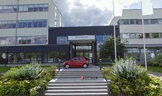 Ein Fiat vor der VW-Zentrale: Just als das Google-Auto vor der schwedischen VW-Zentrale in Södertälje vorbeifuhr, um dieses Foto für den Geo-Dienst Street-View aufzunehmen, parkte ein knallroter Fiat 500 vor dem Haupteingang. Das kann doch kein Zufall sein.