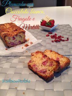 """Plumcake con cioccolato bianco, fragole e mirtilli Dal Blog """"Brontolo in Pentola"""" http://brontoloinpentola.wordpress.com/2014/03/24/plumcake-con-cioccolato-bianco-fragole-e-mirtilli/"""