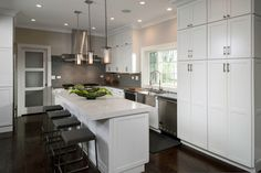 Kitchens designs images a traditional kitchen gets modern update with interior design modular cabinets photo gallery Luxury Kitchen Design, Luxury Kitchens, Italian Kitchens, Open Kitchen Layouts, Kitchen Ideas, Kitchen Sink Interior, Quartz Kitchen Countertops, White Shaker Cabinets, Loft