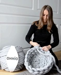 Ohhio Braid is so easy to work with, even a novice could make this cute chunky cat bed. Get a DIY kit or buy ready-made on Kickstarter! Link is in the bio to make big Braids Super Chunky Knit Blankets, Yarns and Knitwear Arm Knitting, Knitting Patterns, Crochet Patterns, Knitting Ideas, Finger Knitting Projects, Giant Knitting, Knitting Tutorials, Doll Patterns, Chunky Blanket