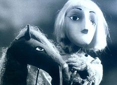 Bohatier Ivan 1-7, 7 x 24´, 1974 Sedemdielny bábkový seriál v spracovaní Jána Navrátila na motívy ruských ľudových rozprávok. Ivan, sedliacky syn, sa vyberie do sveta. Príde do služby u čarodejníka Acha. Ach chce získať meč-samoseč, ním dobyť svet a stať sa všemocným vladárom. Ivan sa tajne spriatelí s koníkom, pomocou ktorého získa zázračný meč pre seba. Zničí Acha a zachráni ľudstvo od poroby. Výtvarník: Cigán Peter, Bláha Jiří Réžia: Šebová Lucia