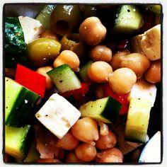 Kikkererwten salade - ½ blik kikkererwten groene olijven 1/3 komkommer 1/3 blokje feta kaas ½ rode paprika pijnboompitten olijfolie balsamico azijn