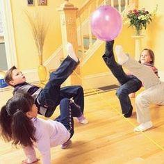 Não deixar o balão cair usando as pernas e os pés: atividade de coordenação motora, de propriocepção, de equilíbrio e de alternância.