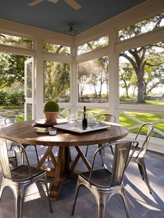 38 Amazingly cozy and relaxing screened porch design ideas Have a look at some incredible inspiration on turning your porch into an attractive, livable and usable space by making it a screened porch. Back Porch Designs, Screened Porch Designs, Screened In Patio, Enclosed Patio, Building A Porch, House With Porch, Transitional Decor, Transitional Kitchen, Farmhouse Design