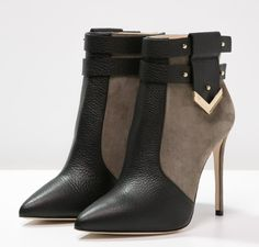 Bootie Boots, Shoe Boots, Ankle Boots, Shoes Heels, Fashion Heels, Fashion Boots, Mode Bizarre, Star Shoes, Winter Shoes