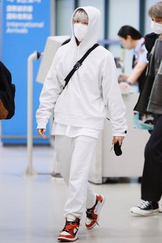 Baekhyun [HQ] 191013 Incheon Airport, Arrival from Fukuoka Airport Fashion Kpop, Kpop Fashion, Mens Fashion, Baekhyun, Kpop Exo, Kpop Outfits, Airport Style, Normcore, Clothes
