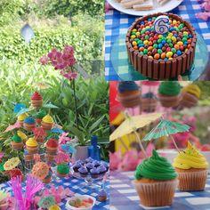 Para la fiesta hawaiana,  lo más importante era el efecto multicolor. Todo puede servir para dar color, flores, manteles, pajitas, recipientes, globos, y por supuesto los cupcakes.
