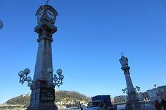 Fotografía de los relojes de La Concha con el monte Urgull al fondo. Día despejado en Donosti. La fotografía se tomó por la mañana.