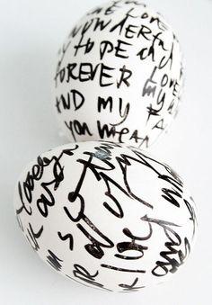oeufs de Pâques décorés à l'aide d'un crayon feutre