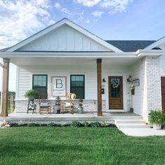 White Exterior Houses, Modern Farmhouse Exterior, Dream House Exterior, Exterior House Colors, Modern Front Porches, Farmhouse Front Porches, Small Porches, Front Porch Addition, Front Porch Design