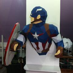 Sculpture Captain America en papier - Paper Captain America sculpture #paper #papier #papercut #papercraft #pepakura #design #sculpture #vector #lowpoly #polygon #captainamerica #shield #steverogers #chrisevans #marvel #civilwar #avengers #ageofultron