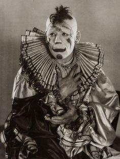"Lon Chaney en ""Laugh, clown, laugh"", 1928 Clowns scare the crap out of me! Gruseliger Clown, Circus Clown, Creepy Clown, Clown Costumes, Halloween Costumes, Dark Circus, Circus Art, Circus Theme, Halloween Circus"