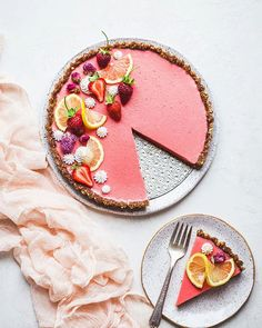 This Vegan Strawberry Lemonade Tart is a no-bake, gluten-free and paleo recipe made with loads of fresh strawberries and lemons. The scrumptious agar-thickened filling plays perfectly with the date-sweetened hazelnut crust. Chocolate Banana Smoothie, Raw Chocolate, Chocolate Truffles, Cheesecake Desserts, No Cook Desserts, Vegan Desserts, Raspberry Cheesecake, Vegan Cheesecake, Healthier Desserts