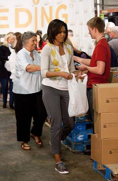 Michelle Obama Causes a Stir in Expensive Lanvin Sneakers Michelle Et Barack Obama, Barrack And Michelle, Barack Obama Family, Michelle Obama Fashion, American First Ladies, American Women, American History, Native American, Black Presidents