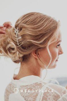 Wir verraten Euch, was alles möglich ist, welche Brautfrisuren Trends uns aus Amerika erreichen und welcher Haarschmuck für Brautfrisuren besonders beliebt ist. #Brautsstyling #Bridetobe #Hair Fascinator, Trends, Earrings, Jewelry, Fashion, Bridal Veils, Floral Wreath, Fascinators, Hair Jewelry