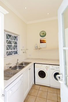 Dit moenie so lyk nie Scullery and laundry with cupboards on the wall Kitchen Board, Kitchen Pantry, Kitchen Storage, Living Room Kitchen, Kitchen And Bath, Pantry Design, Kitchen Design, Scullery Ideas, Kitchen Benches