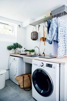 Synes du også, at det bare er for kedeligt at vaske tøj? Så kan du gøre jobbet nemmere og hyggeligere med vores tips til indretning af dit bryggers og vaskerum. Pantry Laundry Room, Laundry Hamper, Laundry Room Design, Laundry In Bathroom, Laundry Hacks, White Bathroom, Utility Room Designs, Landry Room, House Rooms