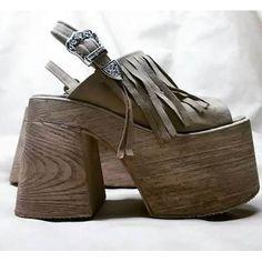 Plataformas , Sandalias Altas Primavera -verano 2016-2017 - $ 999,99 Hot Shoes, Wedge Shoes, Shoes Heels, Shoes World, Pretty Shoes, High Heels Stilettos, Platform Shoes, Girls Shoes, Vogue