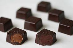 Fyldte chokolader; nougat og hindbærtrøffel Ingredienser Mørk kvalitetschokolade med højt indhold af kakaosmør Blød nougat Hindbærtrøffel: 150 g frosne hindbær 165 g lys chokolade 1/2 stang vanilje 40 g honning 40 g smør 1 spsk Cognac (eller andet spiritus) 1/2 knivspids stødt peber 1/4 knivspids chilipulver Nougat: Smelt den bløde nougat over vandbad. Afkøl nougaten. (Ved 28 grader er den klar til brug.)