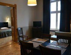 un dormitorio con la cama doble y un con dos camas, en el salon: sofá-cama  #Cracovia, #alojamiento, #http://www.antiqueapartments.es