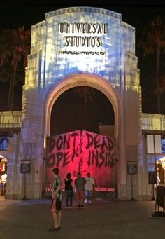 Halloween Horror Nights Hollywood Survival Guide Halloween Horror Nights Hollywood Tips – Entrance The post Halloween Horror Nights Hollywood Survival Guide appeared first on Paris Disneyland Pictures. Universal Studios Horror Nights, Universal Studios Florida, Universal Orlando, Halloween Horror Nights Hollywood, Universal Halloween Horror Nights, Emerson, Entree Halloween, Universal Studios Halloween, Universal Hollywood