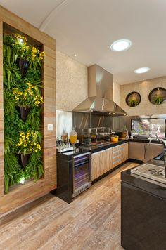 Cozinha gourmet com jardim vertical com moldura de madeira Projeto de Aquiles Nicolas Kilaris Beautiful Home Designs, Beautiful Homes, Casa Top, Backyard Storage, Bbq Area, Inspired Homes, Home Interior Design, Luxury Homes, Kitchen Design
